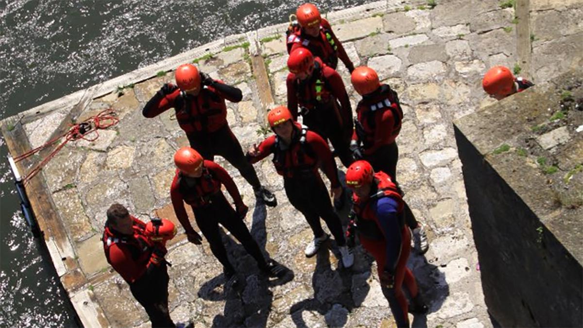 Menschen in roten Anzügen (Foto: Marco Bereth)