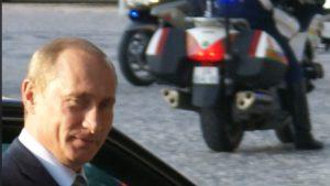 Putin steigt aus einem Auto